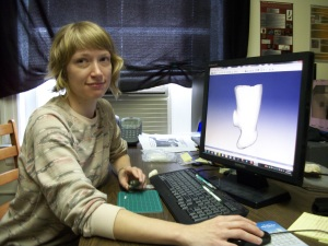 VCU Student Crystal Castleberry shows the digital model of the steatite zoomorphic smoking pipe.
